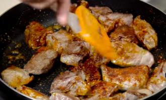 Гуляш из свинины с подливкой – вкусно и просто