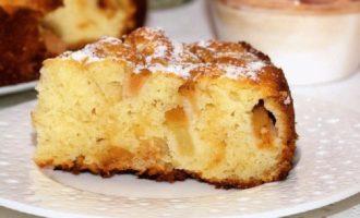 Пышная шарлотка с яблоками на кефире в духовке