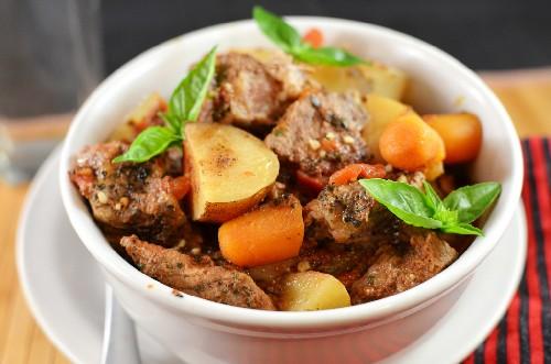 Тушить картошку с мясом и овощами