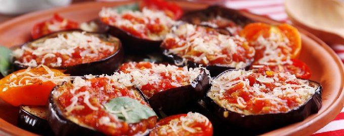 Баклажаны с помидорами и чесноком, жареные на сковороде