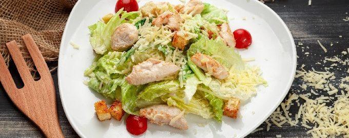Салат цезарь с курицей классический