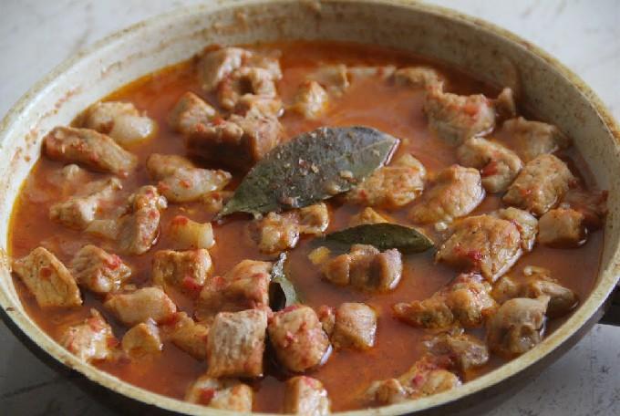 Гуляш из свинины с подливкой на сковороде