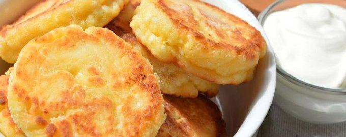 Пышные сырники из творога с манкой на сковороде